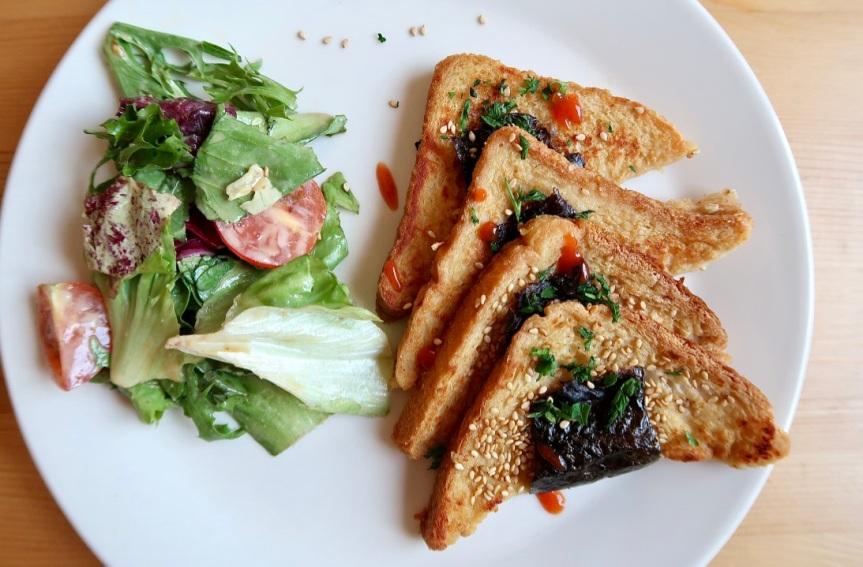 Azjatyckie tosty francuskie z sosemorzechowym