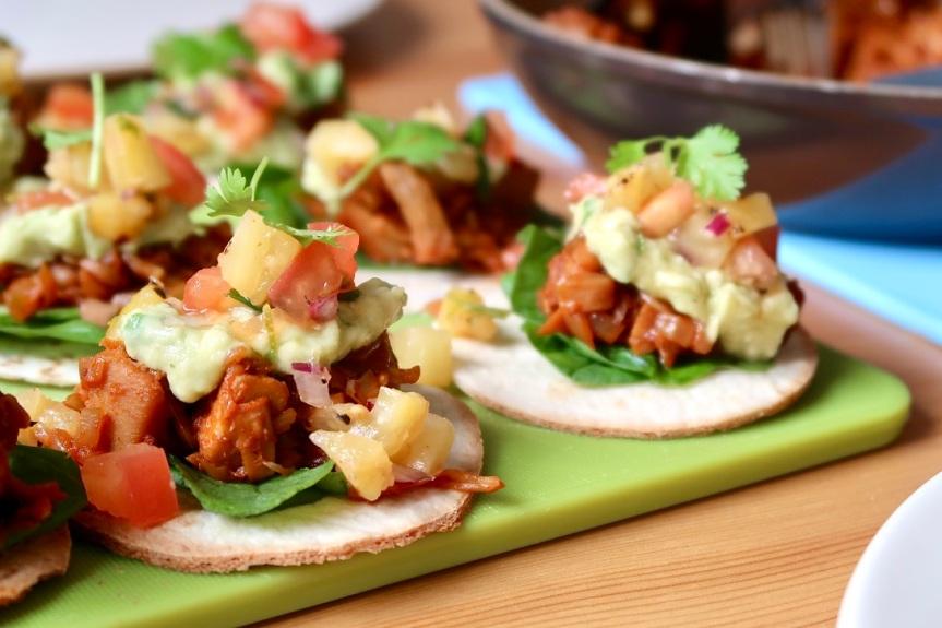BBQ jackfruit tostadas, czyli mini tortille z owocowymmięsem