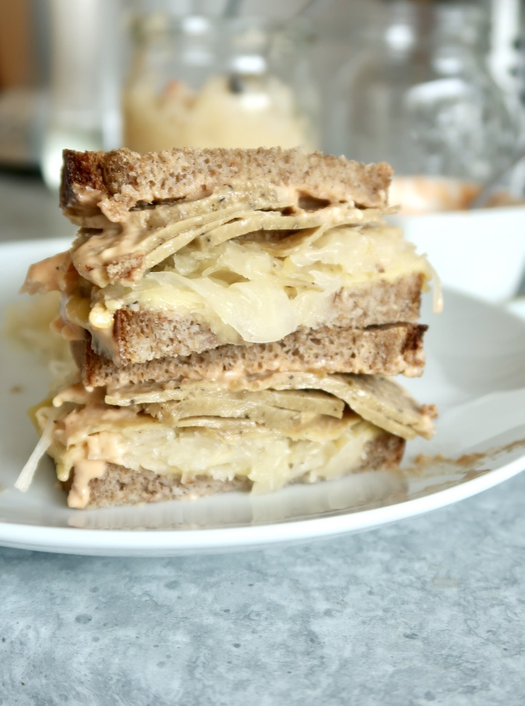 Wegański Reuben sandwich zseitanem
